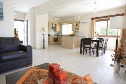 Гостиная. Кипр, Писсури : Двухэтажная вилла с бассейном и зеленым двориком, большая гостиная, 3 спальни, 3 ванные комнаты, место для барбекю, парковка, Wi-Fi