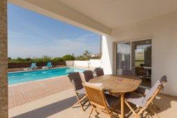 Обеденная зона. Кипр, Пейя : Двухэтажная вилла с бассейном, большая гостиная, 4 спальни, 4 ванные комнаты, дворик, место для барбекю, парковка, Wi-Fi