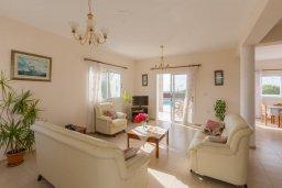 Гостиная. Кипр, Пейя : Двухэтажная вилла с бассейном, большая гостиная, 4 спальни, 4 ванные комнаты, дворик, место для барбекю, парковка, Wi-Fi