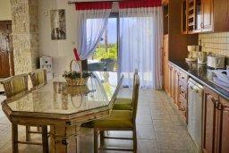 Обеденная зона. Кипр, Си Кейвз : Великолепная вилла с видом на море, с 5-ю спальнями, с просторным бассейном, в окружении красивого сада