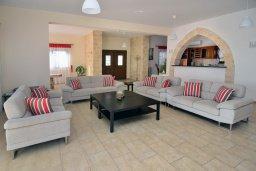 Гостиная. Кипр, Си Кейвз : Великолепная вилла с видом на море, с 5-ю спальнями, с просторным бассейном, в окружении красивого сада
