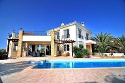 Вид на виллу/дом снаружи. Кипр, Си Кейвз : Превосходная вилла с видом на море, с 4-мя спальнями, с бассейном, тенистой террасой и барбекю