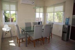 Обеденная зона. Кипр, Си Кейвз : Превосходная вилла с видом на море, с 4-мя спальнями, с бассейном, тенистой террасой и барбекю