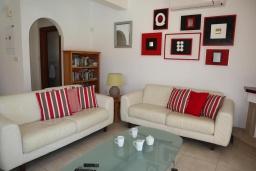 Гостиная. Кипр, Си Кейвз : Превосходная вилла с видом на море, с 4-мя спальнями, с бассейном, тенистой террасой и барбекю