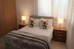 Спальня. Кипр, Корал Бэй : Потрясающее бунгало с видом на море, с 4-мя спальнями, с бассейном, с беседкой и каменным барбекю, расположено на побережье Coral Bay