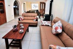 Гостиная. Кипр, Корал Бэй : Потрясающее бунгало с видом на море, с 4-мя спальнями, с бассейном, с беседкой и каменным барбекю, расположено на побережье Coral Bay