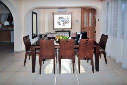 Обеденная зона. Кипр, Корал Бэй : Потрясающее бунгало с видом на море, с 4-мя спальнями, с бассейном, с беседкой и каменным барбекю, расположено на побережье Coral Bay