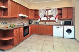 Кухня. Кипр, Корал Бэй : Потрясающее бунгало с видом на море, с 4-мя спальнями, с бассейном, с беседкой и каменным барбекю, расположено на побережье Coral Bay
