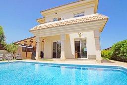 Фасад дома. Кипр, Каппарис : Двухэтажная вилла с бассейном, гостиная, 3 спальни, 3 ванные комнаты, место для барбекю, парковка, Wi-Fi
