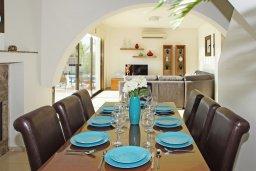 Обеденная зона. Кипр, Ионион - Айя Текла : Роскошная двухэтажная вилла с 4-мя спальнями, с бассейном и крытой верандой расположена в тихом районе Айя Текла
