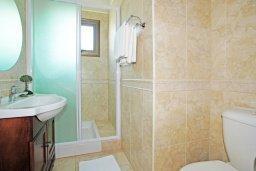 Ванная комната. Кипр, Ионион - Айя Текла : Роскошная двухэтажная вилла с 4-мя спальнями, с бассейном и крытой верандой расположена в тихом районе Айя Текла