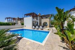 Фасад дома. Кипр, Ионион - Айя Текла : Потрясающая вилла с 3-мя спальнями, 2-мя ванными комнатами, с бассейном, просторной верандой с патио и lounge-зоной, барбекю, расположена всего в нескольких шагах от красивой гавани Potamos