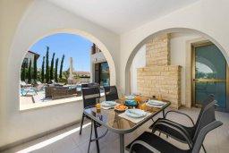 Обеденная зона. Кипр, Ионион - Айя Текла : Потрясающая вилла с 3-мя спальнями, 2-мя ванными комнатами, с бассейном, просторной верандой с патио и lounge-зоной, барбекю, расположена всего в нескольких шагах от красивой гавани Potamos