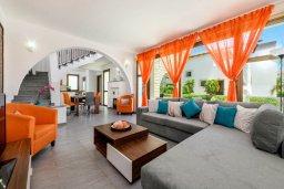 Гостиная. Кипр, Ионион - Айя Текла : Потрясающая вилла с 3-мя спальнями, 2-мя ванными комнатами, с бассейном, просторной верандой с патио и lounge-зоной, барбекю, расположена всего в нескольких шагах от красивой гавани Potamos