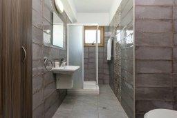 Ванная комната. Кипр, Ионион - Айя Текла : Потрясающая вилла с 3-мя спальнями, 2-мя ванными комнатами, с бассейном, просторной верандой с патио и lounge-зоной, барбекю, расположена всего в нескольких шагах от красивой гавани Potamos