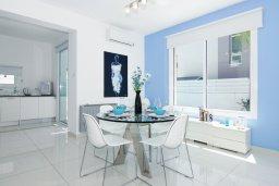 Обеденная зона. Кипр, Пернера Тринити : Потрясающая новая двухэтажная вилла с 3-мя спальнями, с бассейном и солнечной террасой с барбекю