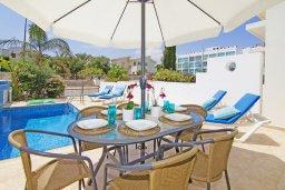 Зона отдыха у бассейна. Кипр, Фиг Три Бэй Протарас : Современная двухэтажная вилла с 2-мя спальнями, с бассейном, солнечной террасой, патио и традиционной печью