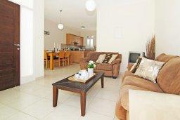 Гостиная. Кипр, Фиг Три Бэй Протарас : Современная двухэтажная вилла с 2-мя спальнями, с бассейном, солнечной террасой, патио и традиционной печью