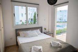 Спальня. Кипр, Пернера : Очаровательная вилла с 4-мя спальнями, 2-мя ванными комнатами, с бассейном, тенистой террасой с патио и барбекю, расположена в Пернере в 200 метрах от пляжа Marlita Beach