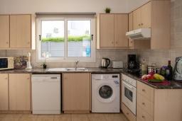 Кухня. Кипр, Пернера : Очаровательная вилла с 4-мя спальнями, 2-мя ванными комнатами, с бассейном, тенистой террасой с патио и барбекю, расположена в Пернере в 200 метрах от пляжа Marlita Beach