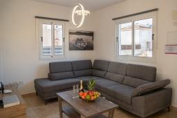 Гостиная. Кипр, Пернера : Очаровательная вилла с 4-мя спальнями, 2-мя ванными комнатами, с бассейном, тенистой террасой с патио и барбекю, расположена в Пернере в 200 метрах от пляжа Marlita Beach