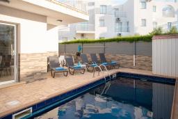 Бассейн. Кипр, Пернера : Очаровательная вилла с 4-мя спальнями, 2-мя ванными комнатами, с бассейном, тенистой террасой с патио и барбекю, расположена в Пернере в 200 метрах от пляжа Marlita Beach