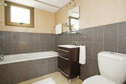 Ванная комната. Кипр, Ионион - Айя Текла : Прекрасная вилла с 3-мя спальнями, 2-мя ванными комнатами, с бассейном, тенистой террасой с патио и барбекю, расположена в красивом и спокойном районе Ayia Thekla