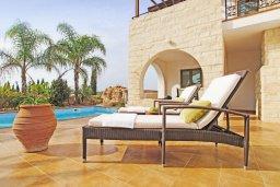 Зона отдыха у бассейна. Кипр, Ионион - Айя Текла : Прекрасная вилла с 3-мя спальнями, 2-мя ванными комнатами, с бассейном, тенистой террасой с патио и барбекю, расположена в красивом и спокойном районе Ayia Thekla