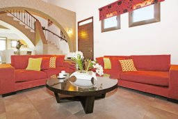 Гостиная. Кипр, Ионион - Айя Текла : Прекрасная вилла с 3-мя спальнями, 2-мя ванными комнатами, с бассейном, тенистой террасой с патио и барбекю, расположена в красивом и спокойном районе Ayia Thekla
