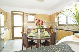 Кухня. Кипр, Ионион - Айя Текла : Прекрасная вилла с 3-мя спальнями, 2-мя ванными комнатами, с бассейном, тенистой террасой с патио и барбекю, расположена в красивом и спокойном районе Ayia Thekla