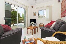 Гостиная. Кипр, Ионион - Айя Текла : Уютная вилла с 3-мя спальнями, бассейном, в окружении пышного зелёного сада, тенистой террасой с патио и барбекю, расположена в тихом комплексе в районе Ayia Thekla
