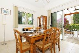 Обеденная зона. Кипр, Ионион - Айя Текла : Уютная двухэтажная вилла с 3-мя спальнями, с бассейном,  перголой и барбекю