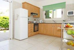 Кухня. Кипр, Ионион - Айя Текла : Уютная вилла с 3-мя спальнями, бассейном, в окружении пышного зелёного сада, тенистой террасой с патио и барбекю, расположена в тихом комплексе в районе Ayia Thekla