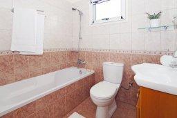 Ванная комната. Кипр, Ионион - Айя Текла : Уютная вилла с 3-мя спальнями, бассейном, в окружении пышного зелёного сада, тенистой террасой с патио и барбекю, расположена в тихом комплексе в районе Ayia Thekla