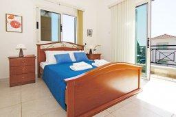 Спальня. Кипр, Ионион - Айя Текла : Уютная вилла с 3-мя спальнями, бассейном, в окружении пышного зелёного сада, тенистой террасой с патио и барбекю, расположена в тихом комплексе в районе Ayia Thekla