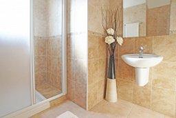 Ванная комната. Кипр, Коннос Бэй : Двухэтажная вилла на берегу моря с 4-мя спальнями, с бассейном и солнечной террасой