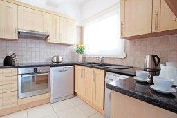 Кухня. Кипр, Коннос Бэй : Двухэтажная вилла на берегу моря с 4-мя спальнями, с бассейном и солнечной террасой