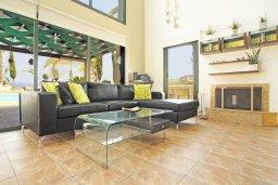 Гостиная. Кипр, Фиг Три Бэй Протарас : Шикарная вилла с 3-мя спальнями, 3-мя ванными комнатами, с бассейном, в окружении красивого сада, с настольным теннисом, бильярдом и lounge-зоной