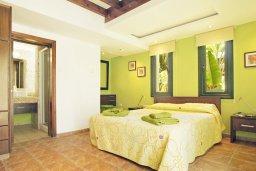 Спальня. Кипр, Фиг Три Бэй Протарас : Шикарная вилла с 3-мя спальнями, 3-мя ванными комнатами, с бассейном, в окружении красивого сада, с настольным теннисом, бильярдом и lounge-зоной
