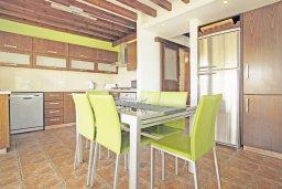 Обеденная зона. Кипр, Фиг Три Бэй Протарас : Шикарная вилла с 3-мя спальнями, 3-мя ванными комнатами, с бассейном, в окружении красивого сада, с настольным теннисом, бильярдом и lounge-зоной