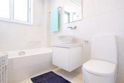 Ванная комната. Кипр, Санрайз Протарас : Шикарная современная вилла с 2-мя спальнями, с бассейном и патио, расположена около прекрасного залива Flamingo Bay