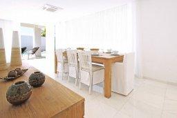 Обеденная зона. Кипр, Санрайз Протарас : Шикарная современная вилла с 2-мя спальнями, с бассейном и патио, расположена около прекрасного залива Flamingo Bay