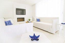 Гостиная. Кипр, Санрайз Протарас : Шикарная современная вилла с 2-мя спальнями, с бассейном и патио, расположена около прекрасного залива Flamingo Bay