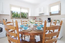 Обеденная зона. Кипр, Ионион - Айя Текла : Новая роскошная вилла с 3-мя спальнями, с бассейном, с традиционной печью и солнечной террасой, расположена в небольшом комплексе в Айя-Текла