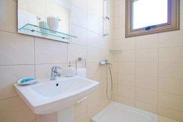 Ванная комната 2. Кипр, Ионион - Айя Текла : Новая роскошная вилла с 3-мя спальнями, с бассейном, с традиционной печью и солнечной террасой, расположена в небольшом комплексе в Айя-Текла