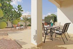 Территория. Кипр, Пернера Тринити : Красивая двухэтажная вилла с 3-мя спальнями, с зелёным двориком и джакузи