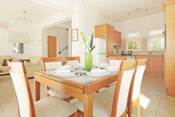 Обеденная зона. Кипр, Пернера Тринити : Красивая двухэтажная вилла с 3-мя спальнями, с зелёным двориком и джакузи