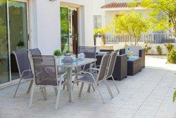 Терраса. Кипр, Каво Марис Протарас : Потрясающая вилла с 4-мя спальнями, с бассейном, тенистой террасой с патио, каменным барбекю и традиционной глиняной печью, расположена в тихом районе Протараса недалеко от песчаного пляжа Lombardi Beach