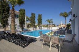 Зона отдыха у бассейна. Кипр, Каво Марис Протарас : Потрясающая вилла с 4-мя спальнями, с бассейном, тенистой террасой с патио, каменным барбекю и традиционной глиняной печью, расположена в тихом районе Протараса недалеко от песчаного пляжа Lombardi Beach