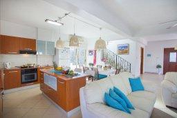 Гостиная. Кипр, Каво Марис Протарас : Потрясающая вилла с 4-мя спальнями, с бассейном, тенистой террасой с патио, каменным барбекю и традиционной глиняной печью, расположена в тихом районе Протараса недалеко от песчаного пляжа Lombardi Beach